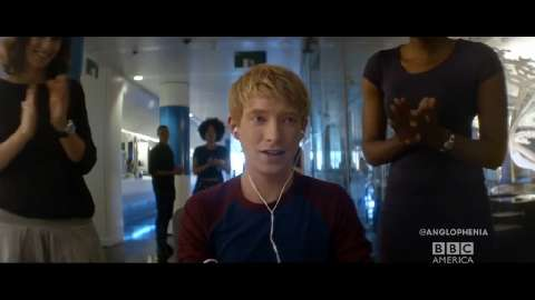 Domhnall Gleeson Stars Opposite Seductive Robot in 'Ex ...